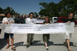 les manifestants longent les limites de l'extension, Gandhi en citation
