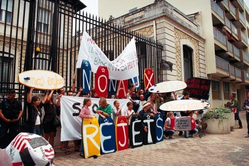 28 juillet 2012 devant les grilles de la sous-préfecture
